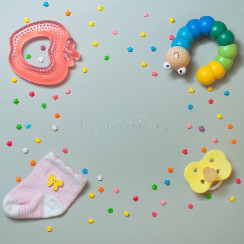 Sok, teether, rupsbandstuk speelgoed en babyfopspeen stock foto