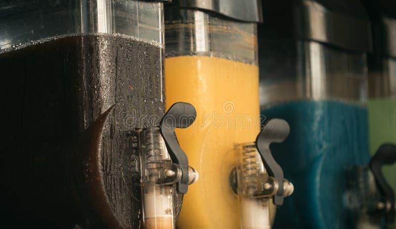 Sok w zbiornikach w asortymencie Zazębiony sok i napoje w kawiarni Detox dieting i dieta Owoc i witaminy zdjęcia stock