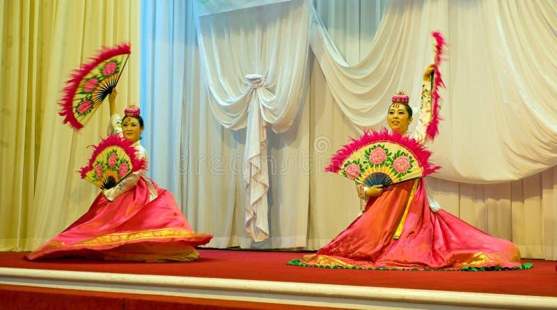 SOKCHO, COREA - 11 DE JUNIO: Danza de fan coreana tradicional fotos de archivo