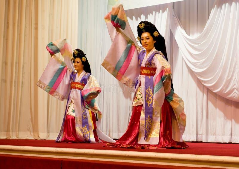 SOKCHO KOREA - JUNI 11: Traditionell koreansk fandans på matställen fotografering för bildbyråer