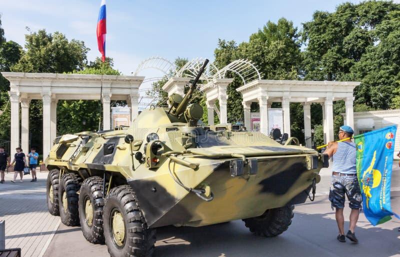 Sokolniki公园、天海军的水手与军事水陆坦克曝光的游人的和公民 库存图片