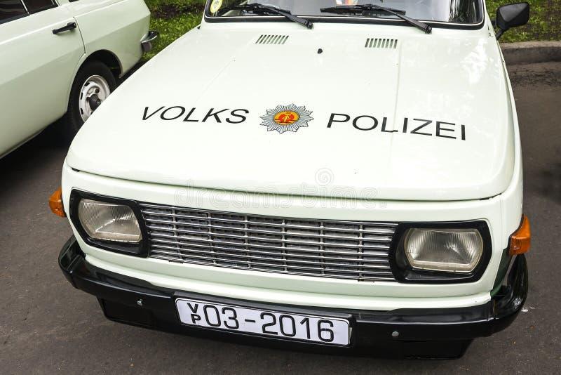 Sokolniki park, Moskwa, maj 21, 2016: frontowa część stary samochód policyjny «wolkswagen «z emblematem Niemiecka demonstracja, obrazy royalty free