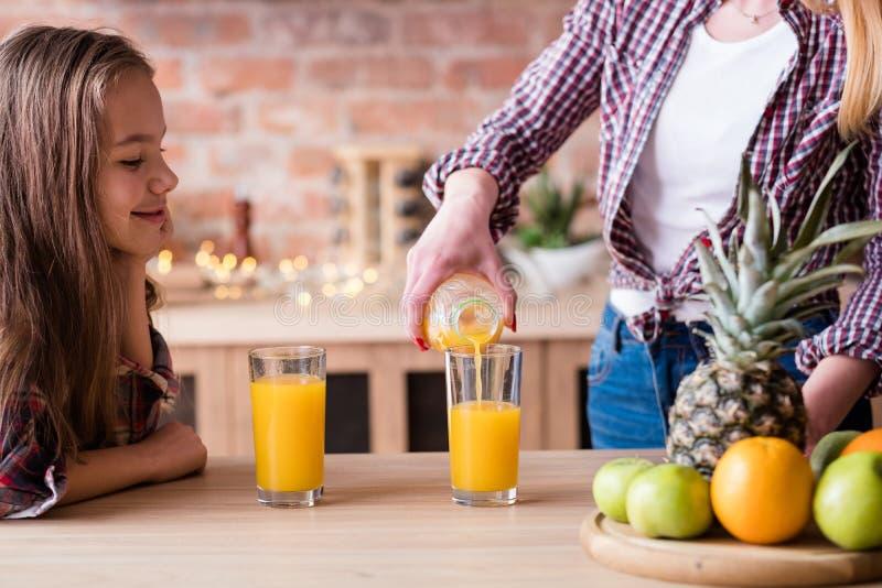 Soku pomarańczowego zrównoważony zdrowy rodzinny styl życia obraz stock