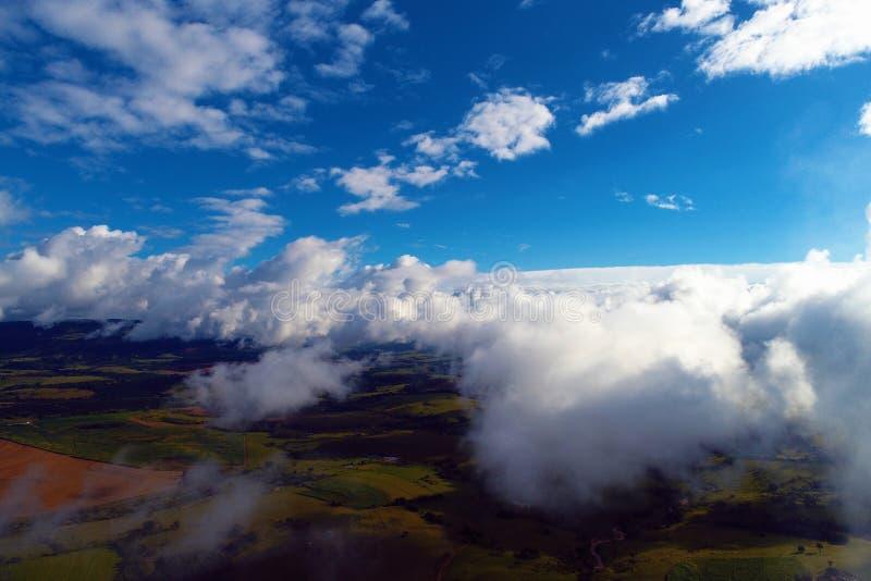 Sol över moln med en blå himmel och ett stort landskap Frihet fred royaltyfri bild