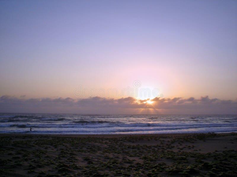 Sol africano que sube en la playa de Kosibay imagenes de archivo