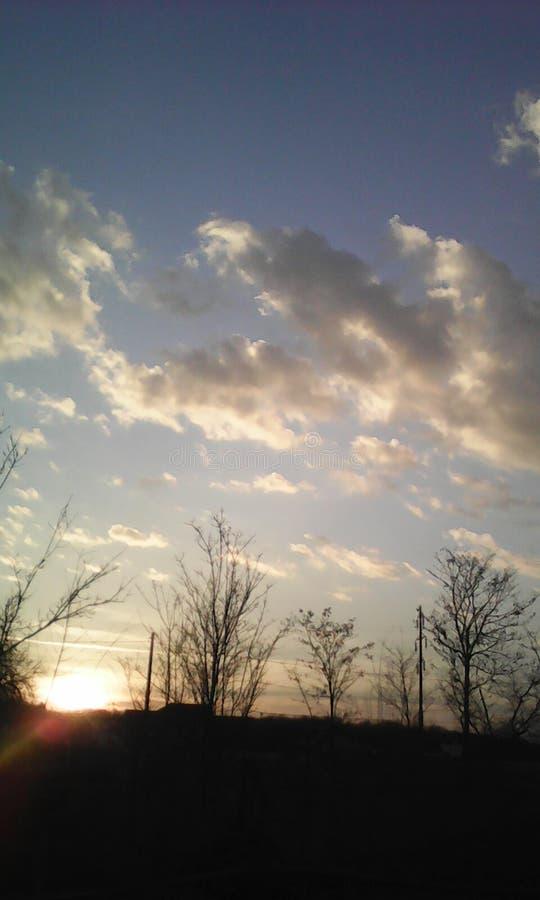Sol agradável do verão dos azul-céu imagem de stock