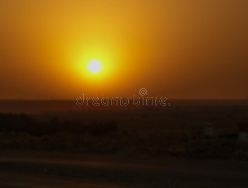 Sol amarillo brillante de la tarde sobre desierto imagenes de archivo