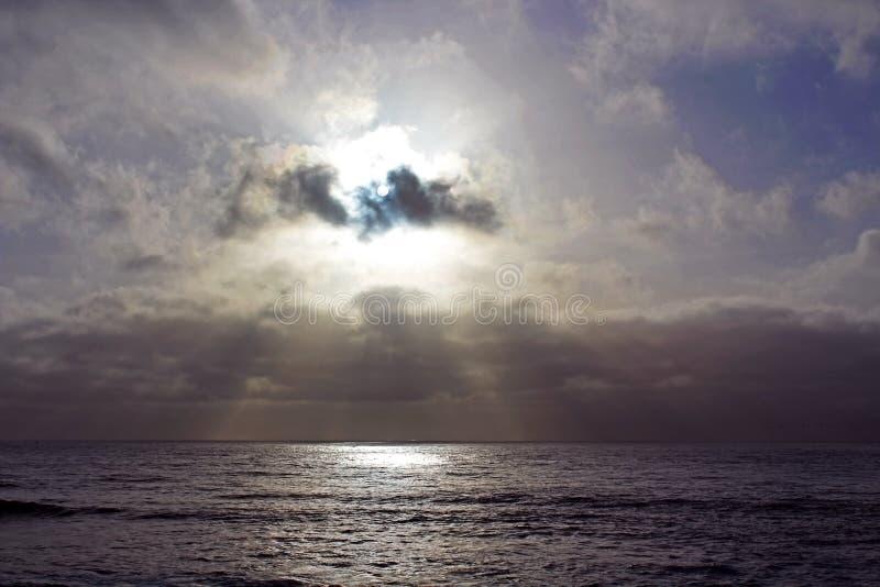 Sol azul cristalino en el cielo de la ensenada de La Jolla fotografía de archivo libre de regalías