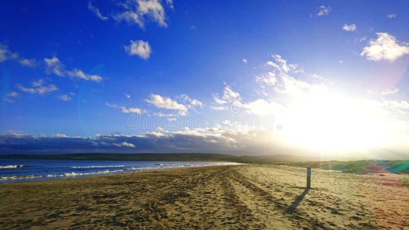 Sol bajo del invierno en la playa de Studland en Dorset Reino Unido fotografía de archivo