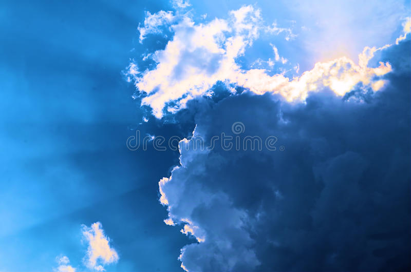 Sol bak stormmoln royaltyfri bild