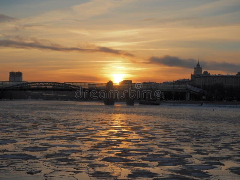 Sol- bana på den djupfrysta floden arkivbilder