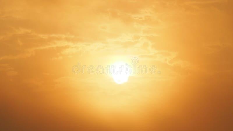 Sol bonito do borrão e céu alaranjado Nascer do sol do por do sol no fundo Céu alaranjado abstrato Céu dourado dramático no fundo foto de stock