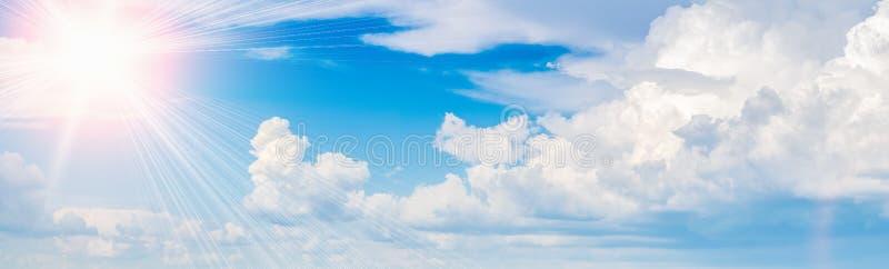 Sol brillante en el cielo azul con la opinión panorámica de las nubes imágenes de archivo libres de regalías