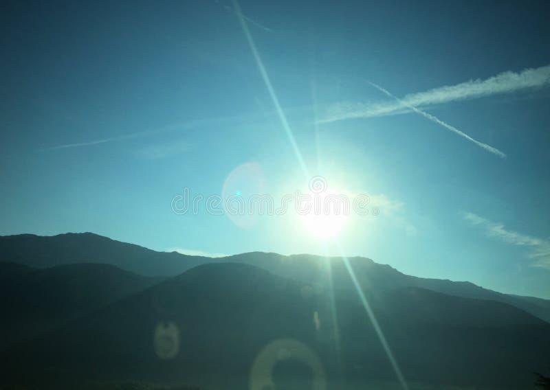 Sol brillante en las montañas fotografía de archivo