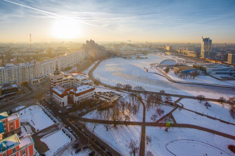 Sol brillante que sube sobre el centro de la ciudad el madrugada del invierno fotografía de archivo libre de regalías