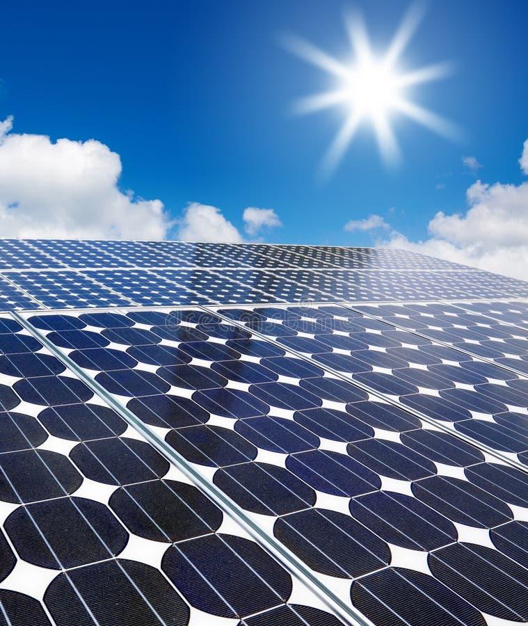 Sol- cell mot sunen arkivbild