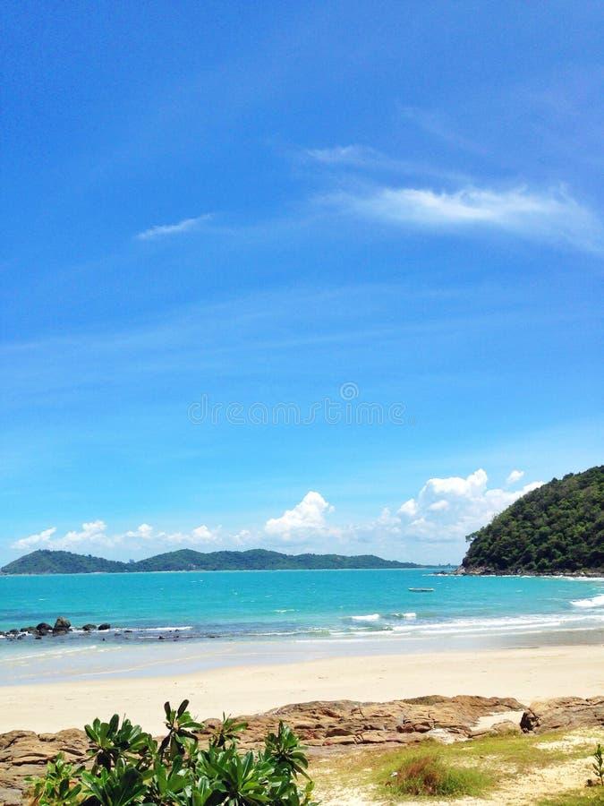 Sol da areia do mar com céu agradável imagens de stock