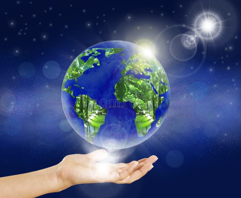 Sol da mão do globo da terra foto de stock royalty free