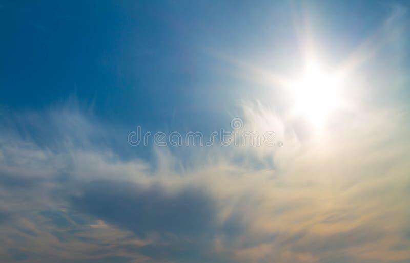 Sol da manhã no céu azul com nuvens imagem de stock royalty free