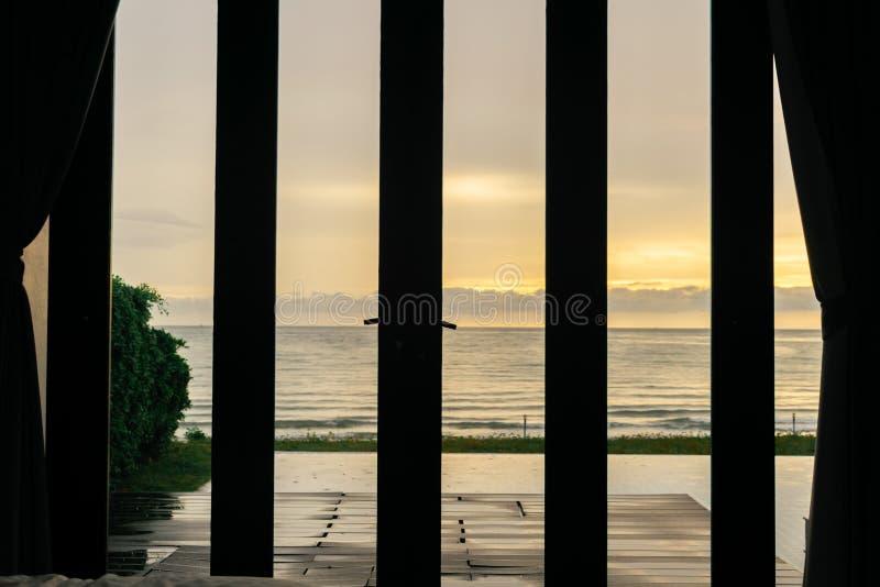 Sol da manhã da opinião do quarto e do mar fotos de stock royalty free