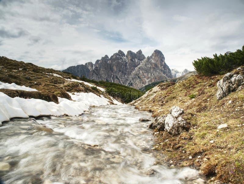Sol da manh? atrasada acima dos penhascos alpinos nevados afiados imagens de stock royalty free