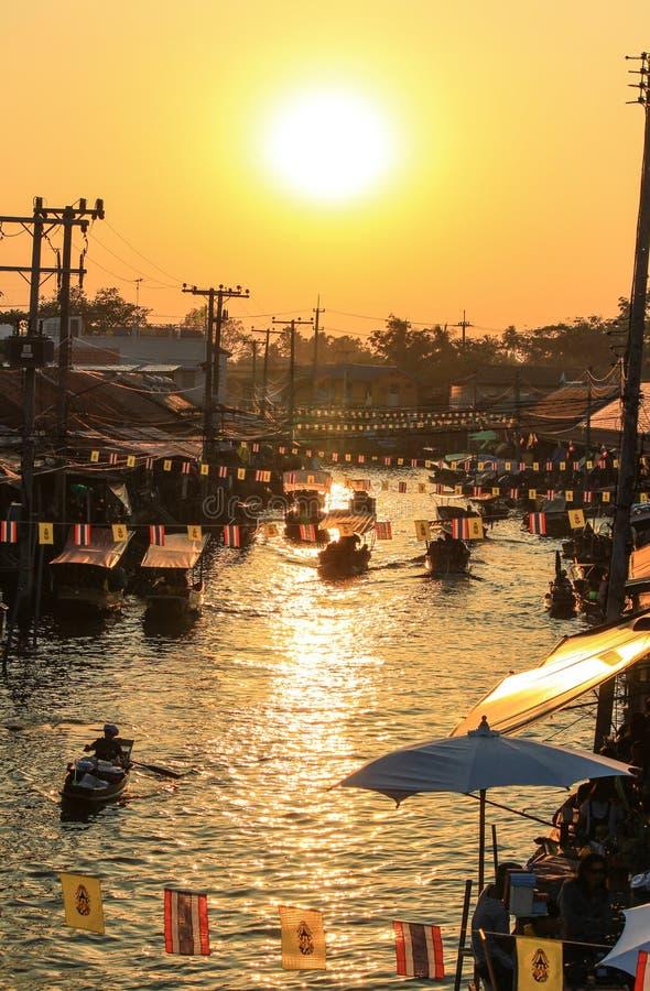 Sol da noite no mercado de flutuação de Amphawa, distrito de Amphawa, província de Samut Songkhram, Tailândia foto de stock royalty free