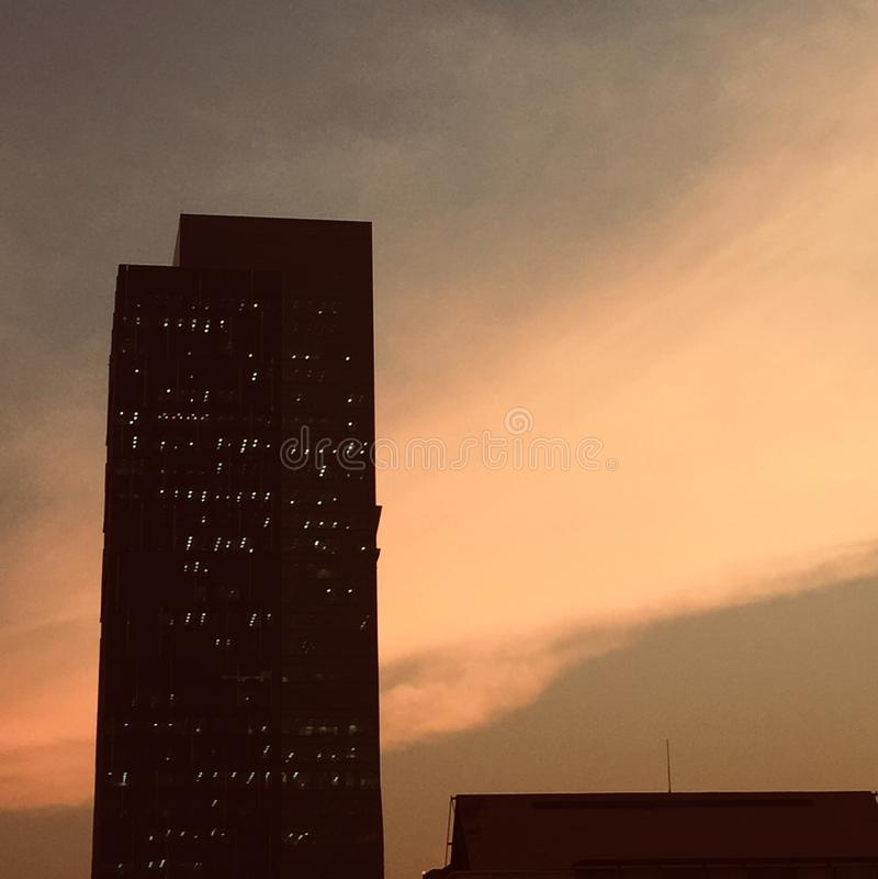 Sol da nuvem do fundo da torre do céu fotografia de stock