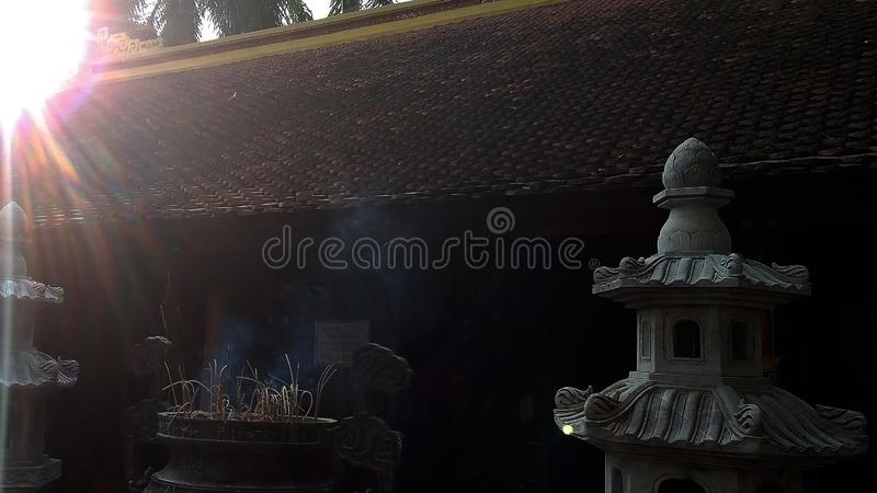 Sol da tarde pelo templo antigo foto de stock