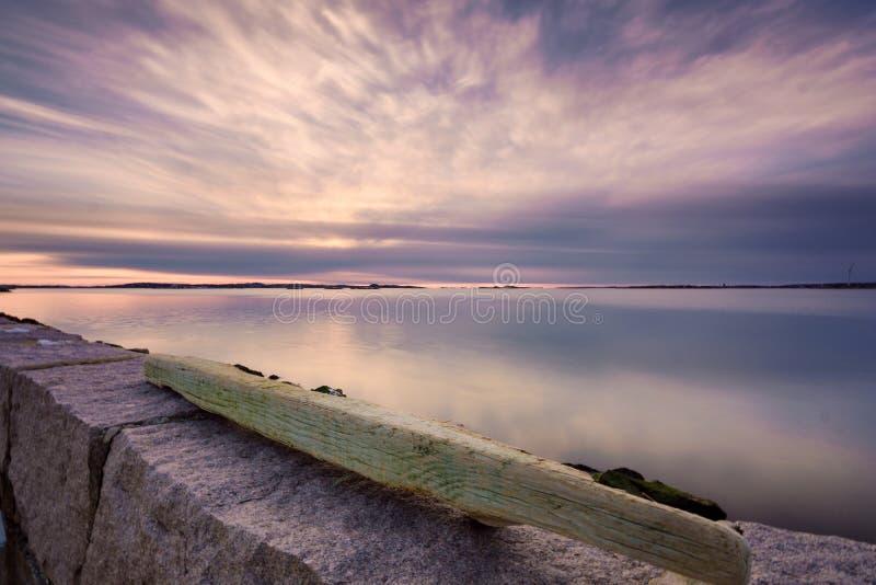 Sol de ajuste que incandesce com cores bonitas, Saltholmen, Gothenburg, foto de stock royalty free