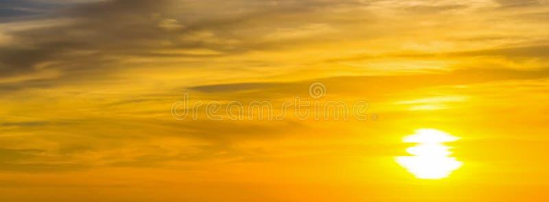 Sol de brilho no por do sol foto de stock