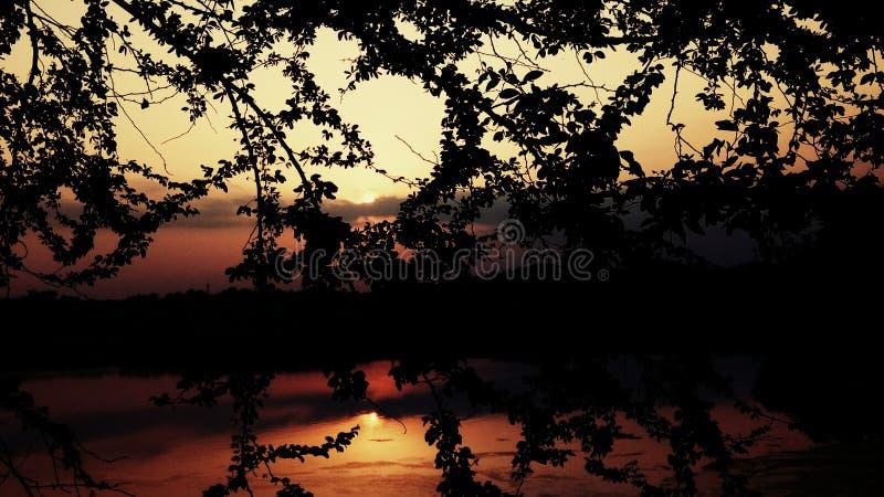 Sol de hundimiento en los ríos imagenes de archivo