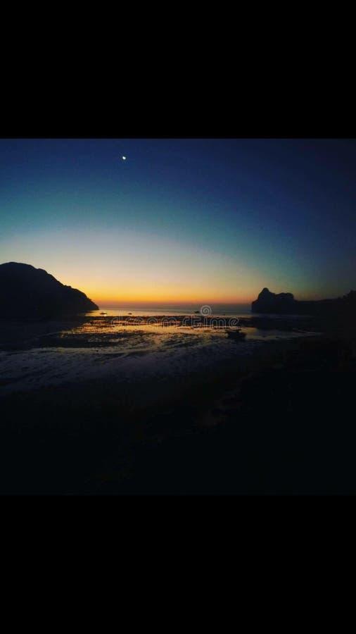Sol de la luna azul de cielo de la puesta del sol imagen de archivo libre de regalías