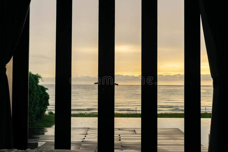 Sol de la mañana de la opinión del dormitorio y del mar fotos de archivo libres de regalías