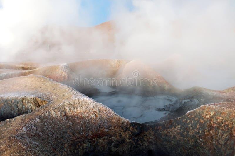 Sol de la Manana, sol naciente que cuece el campo del géiser al vapor alto para arriba en un cráter masivo en Altiplano boliviano imágenes de archivo libres de regalías