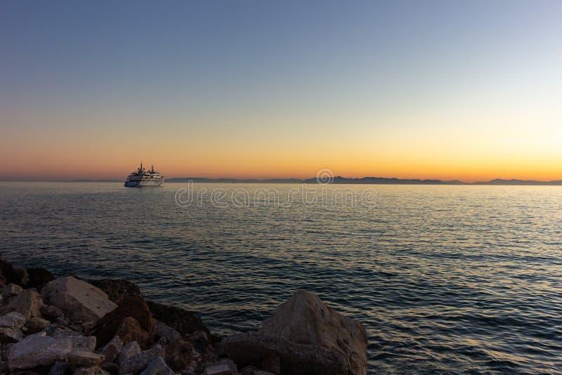 Sol de la playa del cielo del verano de la hermosa vista de la nave de la puesta del sol del mar fotografía de archivo libre de regalías