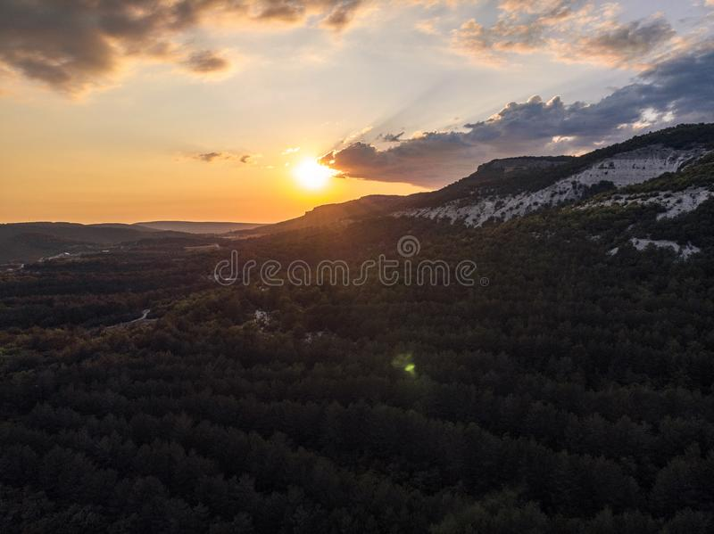 Sol de la puesta del sol sobre las montañas de Crimea imagen de archivo