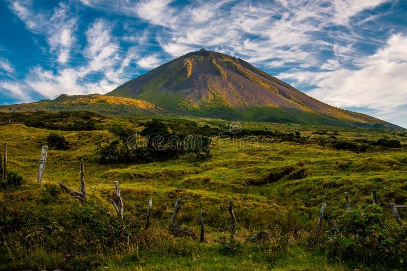 Sol de la tarde que honra Pico en la isla de Pico-Azores-Portugal fotos de archivo libres de regalías