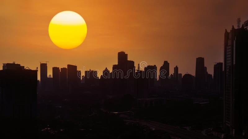 Sol de oro hermoso sobre horizonte de la ciudad fotografía de archivo