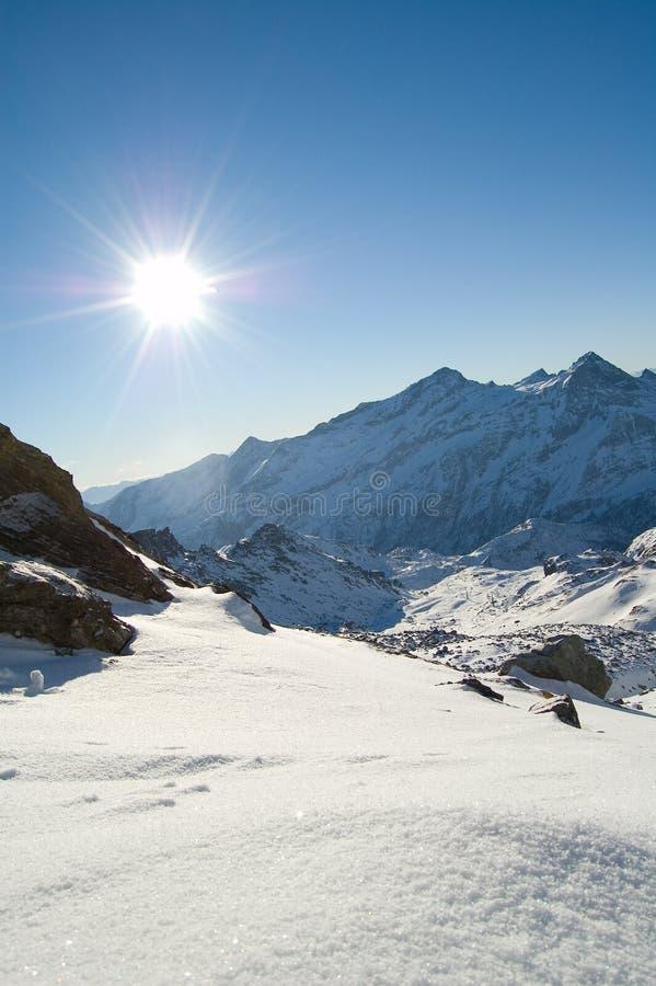 Sol del pico de montaña de la nieve fotos de archivo