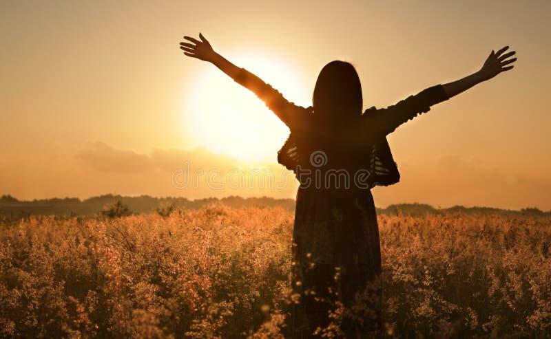 Sol del verano de la silueta de la mujer que espera para imagen de archivo