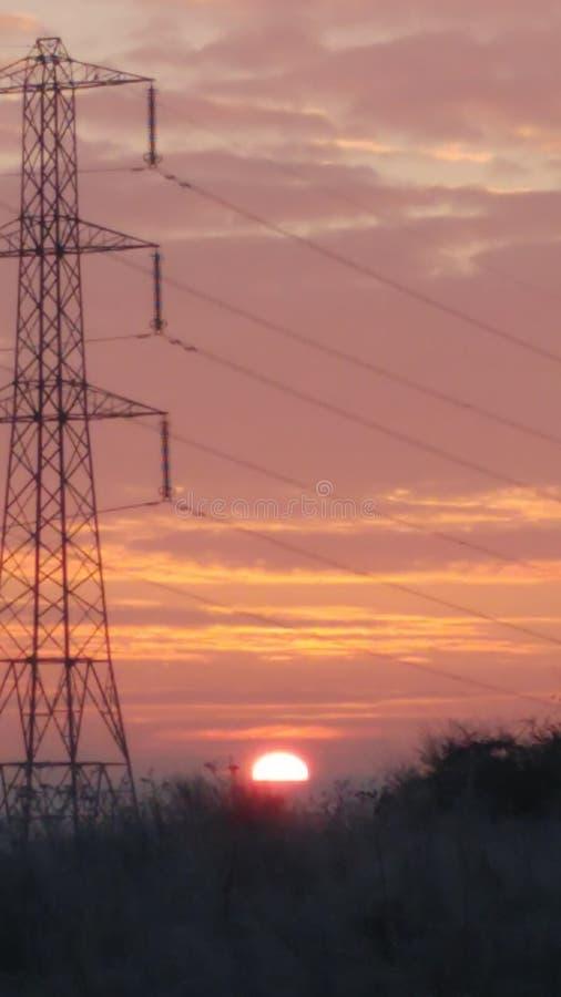 Sol do inverno sobre o horizonte cor-de-rosa e amarelo glorioso foto de stock