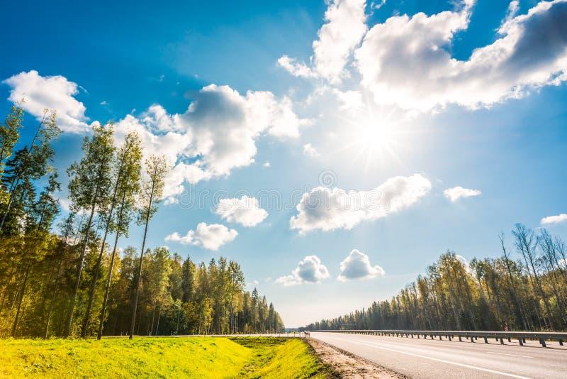 Sol do meio-dia na estrada secundária foto de stock royalty free