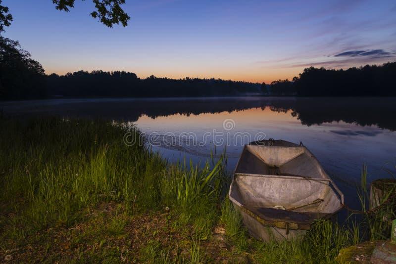 sol do nascer do sol sobre a lagoa, Trebon, República Checa fotografia de stock royalty free