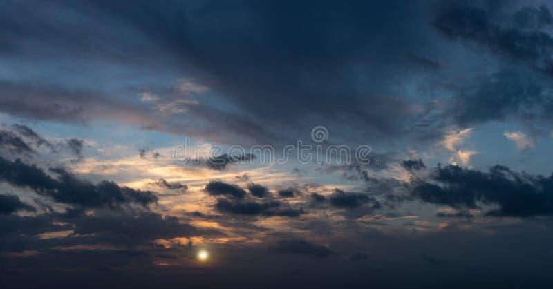 Sol do outono que ajusta o panorama foto de stock
