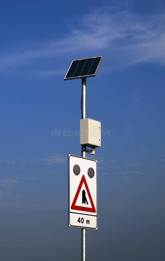 sol- drivet vägmärke royaltyfri fotografi
