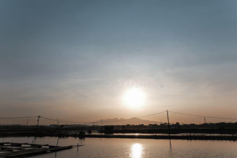 Sol e montanhas do mar foto de stock