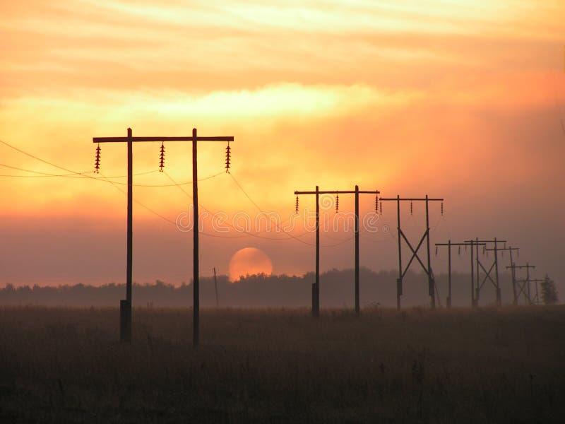 Sol + electrificación de la niebla. imagen de archivo