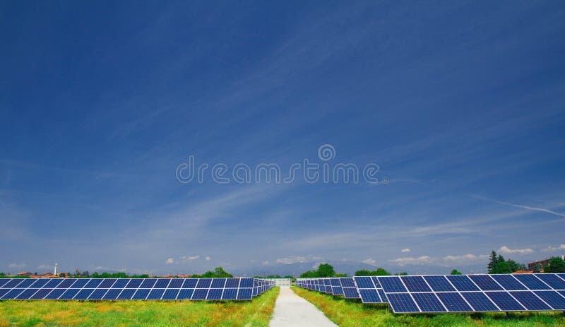 sol- fältpanel arkivbilder