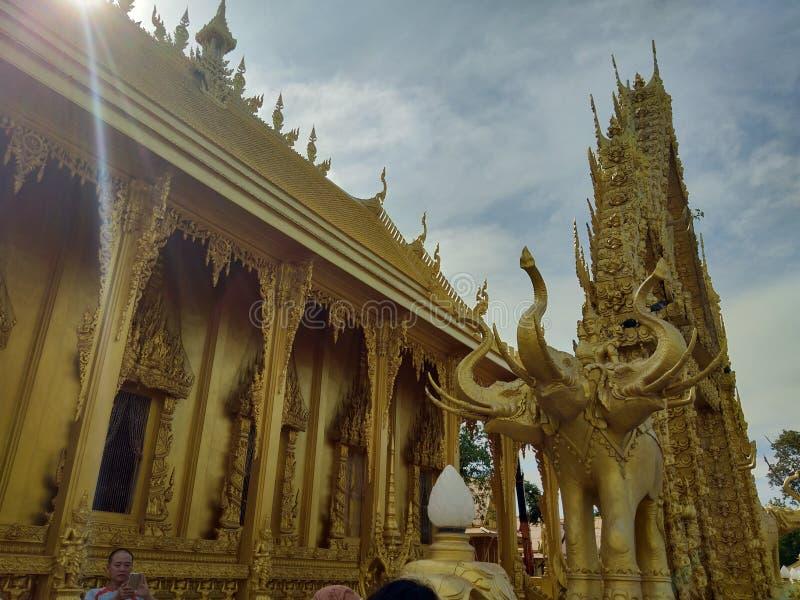 Sol för elefant för Buddhatempel härlig guld- fotografering för bildbyråer