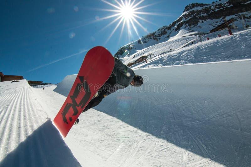 Sol för luft för banhoppning för rör för SnowboardfristilSnowboarding halv royaltyfri bild